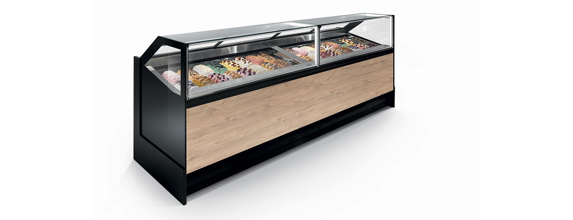 La vetrina Swing, statica e ventilata, possiede una spiccata vocazione espositiva per gelaterie e pasticcerie.